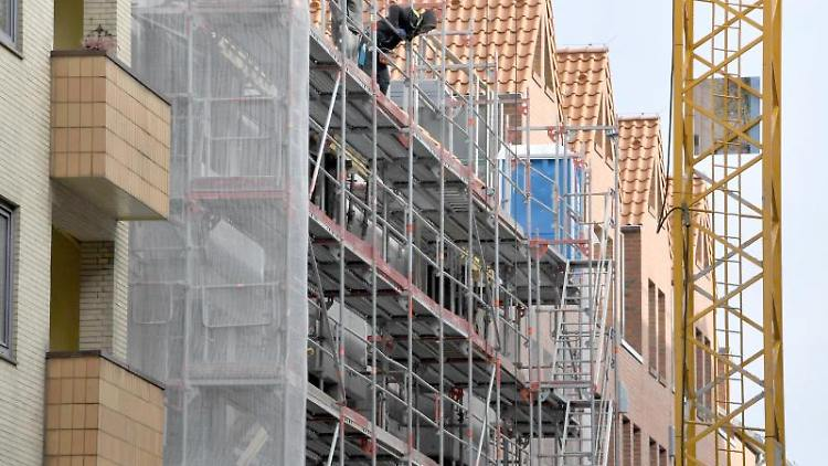 Ein Gerüst steht an der Baustelle eines Wohn- und Geschäftshauses. Foto: Carsten Rehder/dpa/Symbolbild