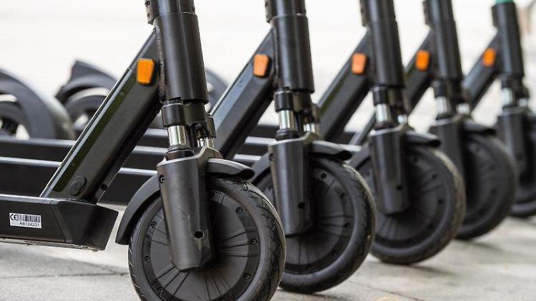 EineReihe E-Scooter stehen vor einemBahnhof. Foto: Christophe Gateau/dpa/Symbolbild