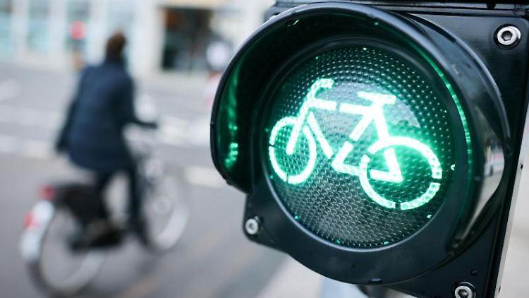 Ein Radfahrer fährt neben einer grünen Ampel auf dem Radweg am Jungfernstieg/Balindamm vor der Europapassage. Foto: Christian Charisius/dpa/Archivbild