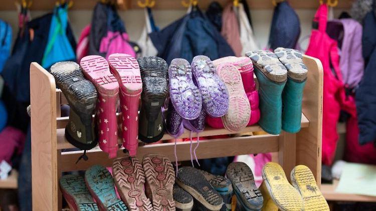 Kinderbekleidung und Stiefel sind in einer Kindertagesstätte zu sehen. Foto: Friso Gentsch/dpa/Symbolbild