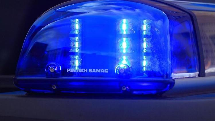 Das Blaulicht eines Streifenwagens der Polizei blinkt. Foto: Jens Wolf/dpa-Zentralbild/dpa