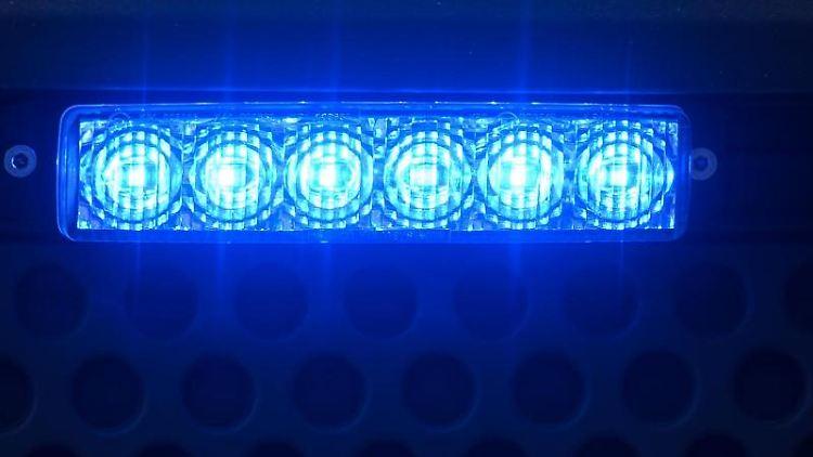 Blaulicht leuchtet an einem Einsatzfahrzeug. Foto: Robert Michael/dpa-Zentralbild/ZB/Archivbild