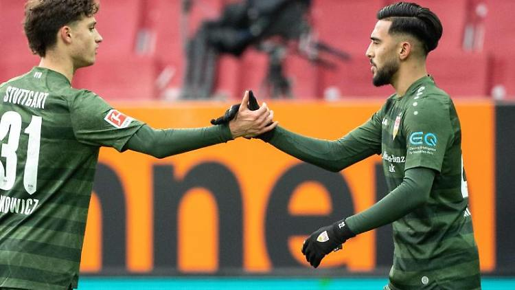 Mateo Klimowicz (l) und Torschütze Nicolas Gonzalez von Stuttgart. Foto: Matthias Balk/dpa