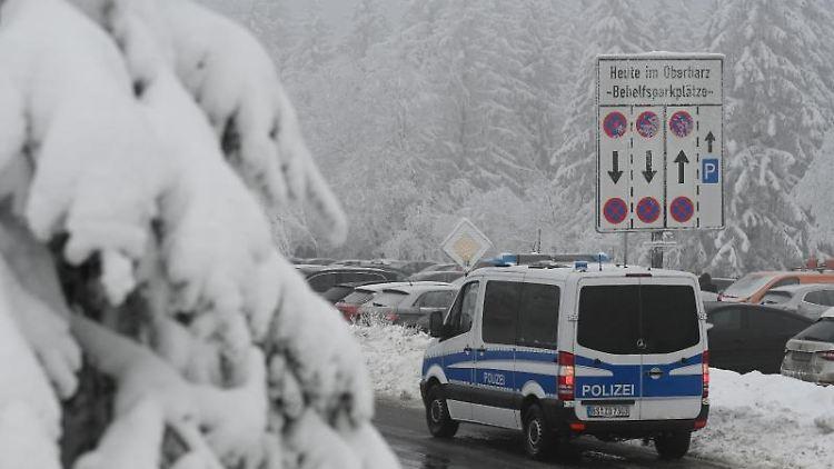 Ein Einsatzfahrzeug der Polizei steht im Harz. Foto: Swen Pförtner/dpa/Archivbild