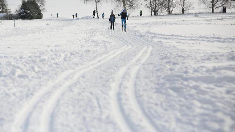 Skifahrer in Friedrichsbrunn. Foto: Matthias Bein/dpa-Zentralbild/dpa/Archivbild