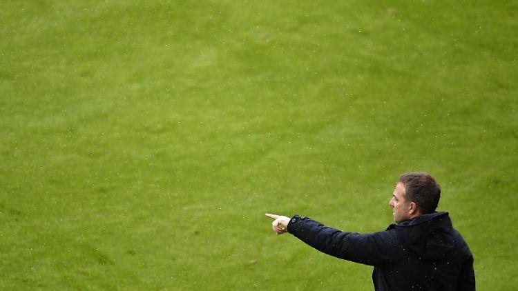 Münchens Trainer Hansi Flick gibt Anweisungen. Foto: Lukas Barth-Tuttas/epa/Pool/dpa/Archivbild