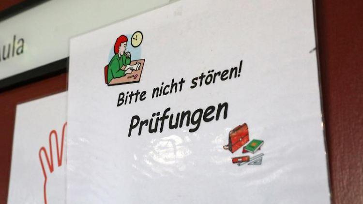 Ein Schild weist auf Abiturprüfungen hin. Foto: Bernd Wüstneck/dpa/ZB/Symbolbild