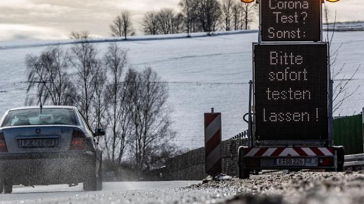 Coronatest-Hinweisschilder kurz hinter der deutsch-tschechischen Grenze. Foto: Armin Weigel/dpa