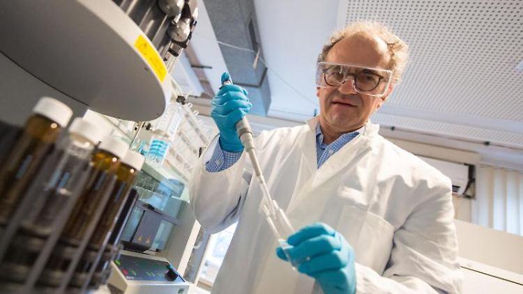 Klaus Kümmerer arbeitet in einem Labor an der Leuphana Universität Lüneburg. Foto: Philipp Schulze/dpa
