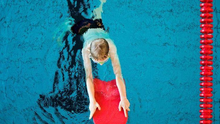 Ein Junge nimmt an einem Schwimmkurs für Kinder teil. Foto: Rolf Vennenbernd/dpa/Symbolbild
