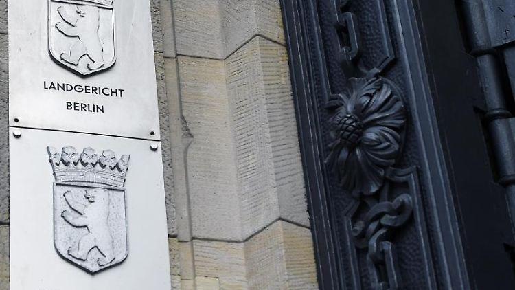 Schilder am Kriminalgericht Moabit weisen auf Staatsanwaltschaft und Landgericht hin. Foto: Sonja Wurtscheid/dpa/Symbolbild/Archiv