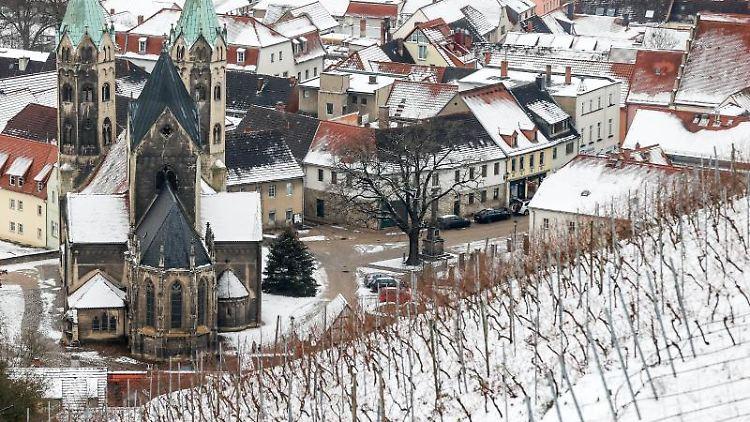 Blick auf eine verschneite Kleinstadt. Foto: Jan Woitas/dpa-Zentralbild/dpa/Symbolbild
