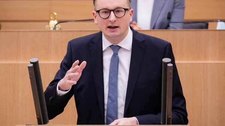 Andreas Schwarz (Bündnis 90/Die Grünen) spricht im Landtag. Foto: Christoph Schmidt/dpa