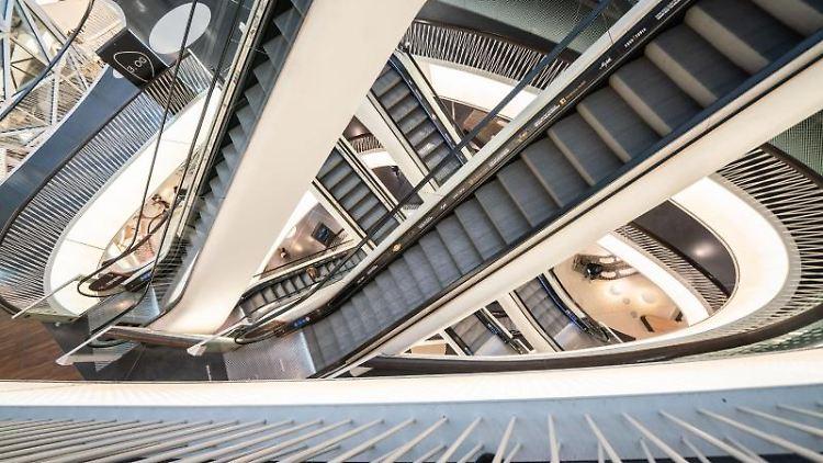 Menschenleer sind die Rolltreppen in einem Einkaufszentrum. Foto: Frank Rumpenhorst/dpa/Archivbild