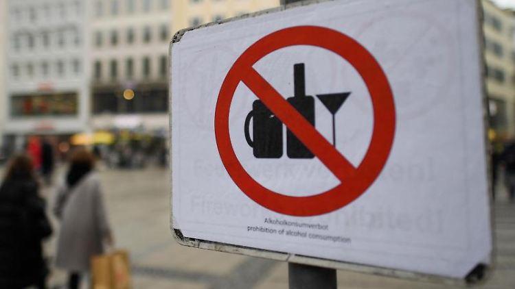 Ein Schild weist auf das Alkoholverbot hin. Foto: Angelika Warmuth/dpa/Archivbild