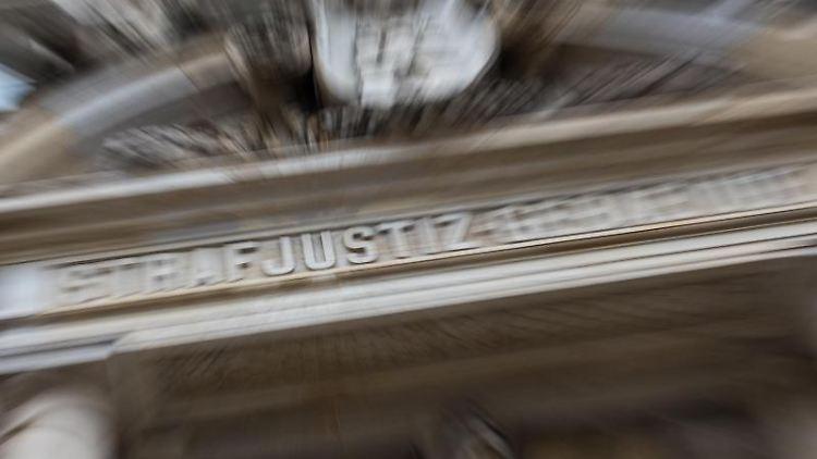 Der Schriftzug Strafjustizgebäude ist über dem Eingang zum Landgericht zu sehen. Foto: Daniel Bockwoldt/dpa/Archivbild