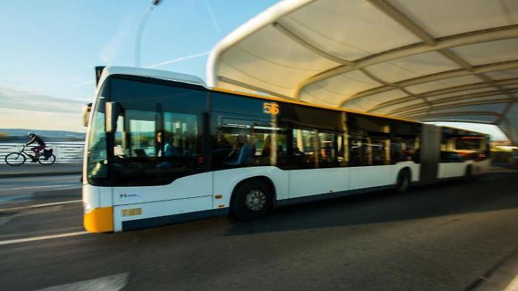 Ein Stadtbus verlässt eine Haltestelle in Mainz. Foto: Andreas Arnold/dpa/Symbolbild