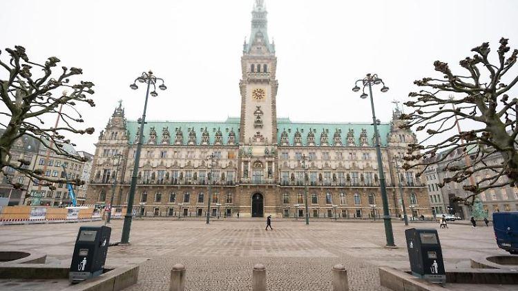 Der Rathausmarkt in Hamburg ist nahezu menschenleer. Foto: Daniel Reinhardt/dpa