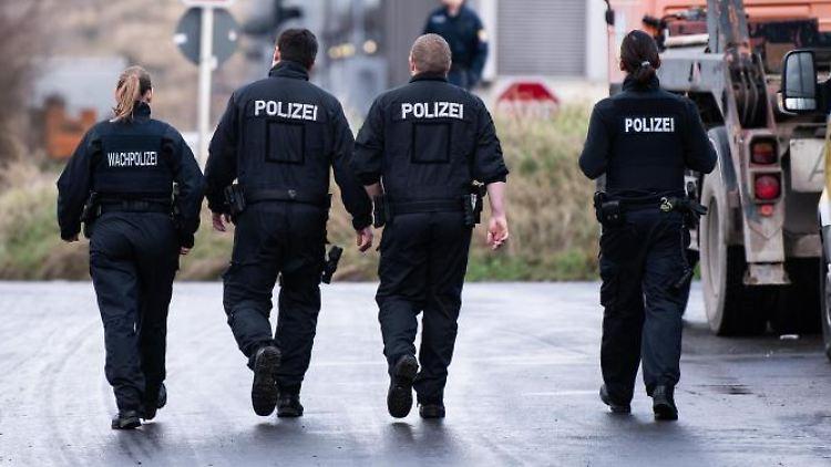 Polizisten gehen auf dem Gelände des Rhein-Main-Deponieparks. Foto: Silas Stein/dpa/Archivbild