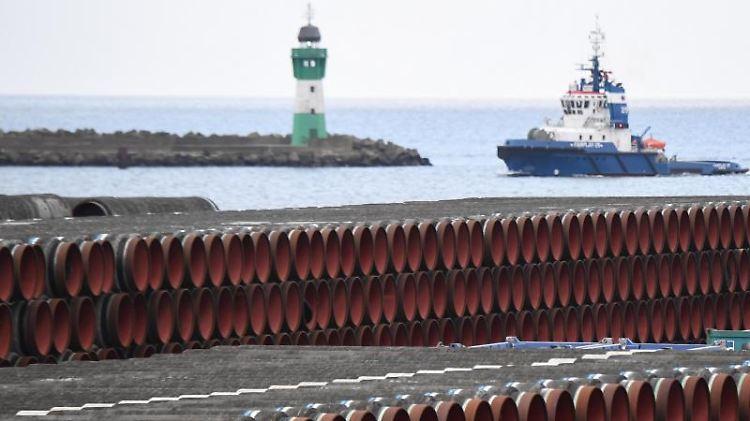 Rohre für den Bau der Erdgaspipeline Nord Stream 2 liegen im Hafen. Foto: Stefan Sauer/dpa-Zentralbild/dpa