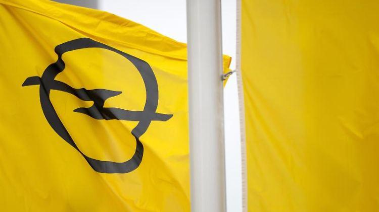 Eine Fahne mit dem Opel-Logo weht bei Opel Eisenach. Foto: Michael Reichel/dpa