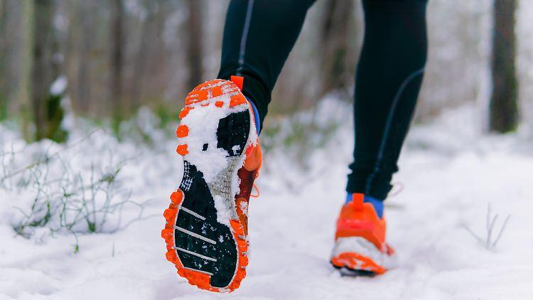 Mit Winterlaufschuhen haben Jogger auch im Schnee Halt.