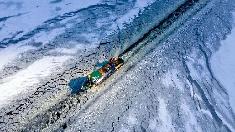 Der Tonnenleger Görmitz ist auf dem nördlichen Peenestrom als Eisbrecher unterwegs. Foto: Jens Büttner/dpa-Zentralbild/dpa