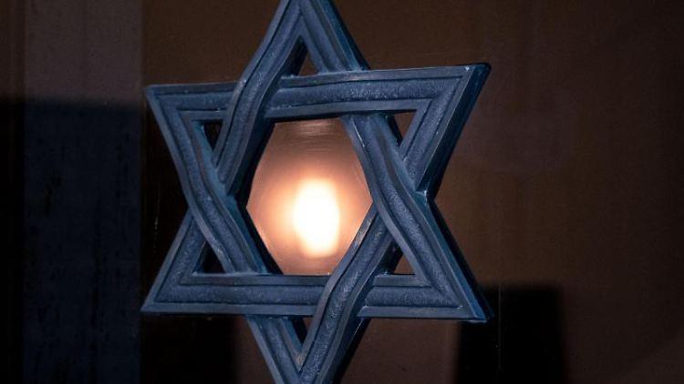 Ein Davidstern auf einer Glastür in der Liberalen Jüdischen Gemeinde Hannover K.d.ö.R. Foto: Peter Steffen/dpa/Archivbild