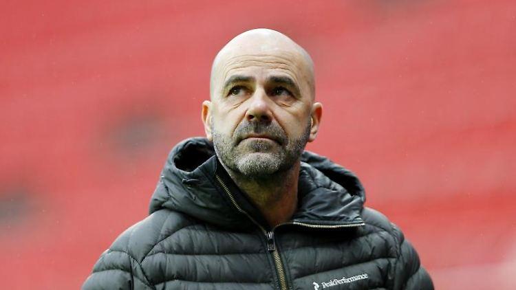 Leverkusens Trainer Peter Bosz vor dem Spiel. Foto: Thilo Schmuelgen/Reuters/Pool/dpa/Archivbild