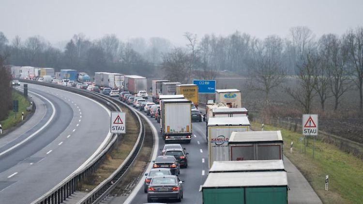 Stau auf der Autobahn. Foto: Tobias C. Köhler/dpa/Archivbild