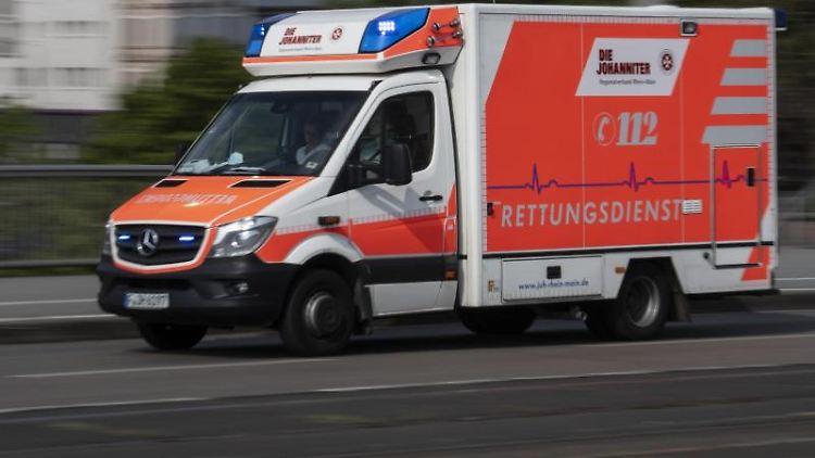 Mit eingeschaltetem Blaulicht ist ein Rettungswagen im Einsatz. Foto: Boris Roessler/dpa/Archivbild