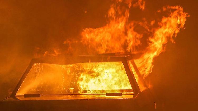 Ein brennendes Auto. Foto: David Young/dpa/dpa-tmn/Archivbild