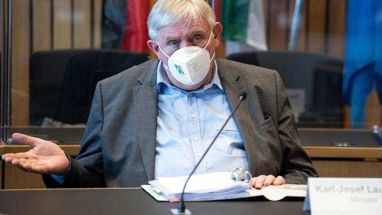 Karl-Josef Laumann (CDU), Gesundheitsminister von Nordrhein-Westfalen, spricht. Foto: Federico Gambarini/dpa/Archivbild