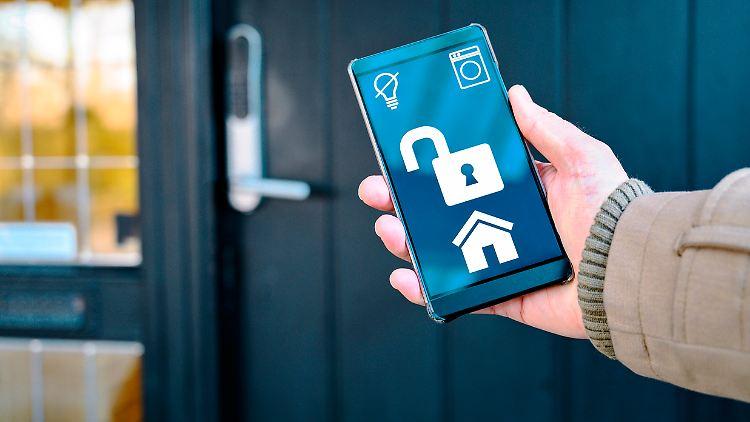 Per Handy die Haustür öffnen oder abschließen? Das geht dank Smarthome-Gadgets.