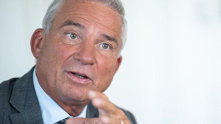 Thomas Strobl (CDU) spricht während eines Interviews. Foto: Sebastian Gollnow/dpa/Archivbild