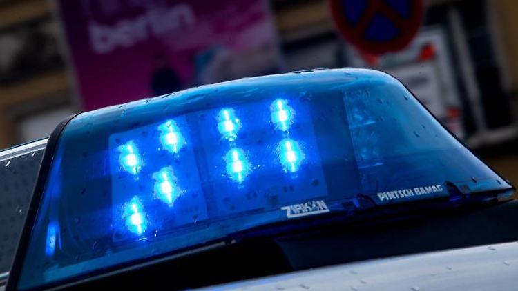 Ein Polizeiauto fährt mit Blaulicht durch die Straße. Foto: Monika Skolimowska/dpa-Zentralbild/dpa/Symbolbild