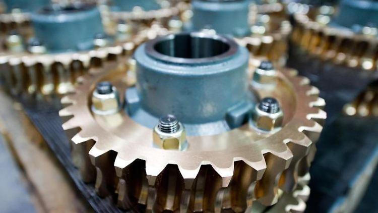 Teile eines Getriebes liegen in einer Produktionshalle. Foto: picture alliance/Inga Kjer/dpa/Symbolbild