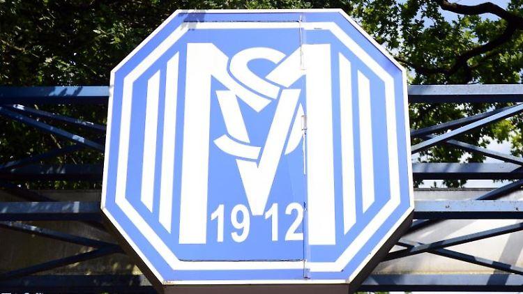 Das Logo des SV Meppen über dem Eingang zum Stadion. Foto: picture alliance / Caroline Seidel/dpa/Symbolbild