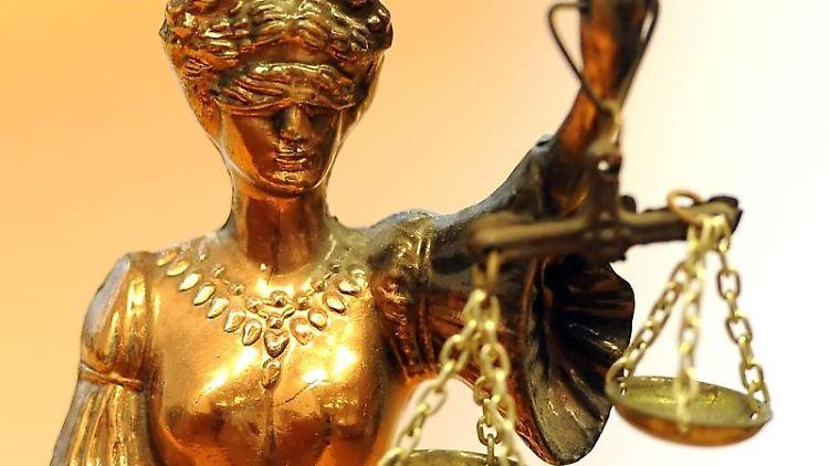 Eine goldfarbene Justitia-Figur. Foto: Britta Pedersen/zb/dpa/Archivbild