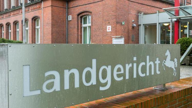 Der Eingang des Landgerichts in Verden ist zu sehen. Foto: Mohssen Assanimoghaddam/dpa/Archivbild