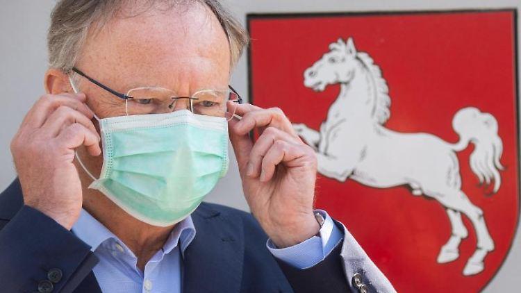 Stephan Weil (SPD), Ministerpräsident von Niedersachsen, steht vor der Staatskanzlei. Foto: Julian Stratenschulte/dpa/Archivbild