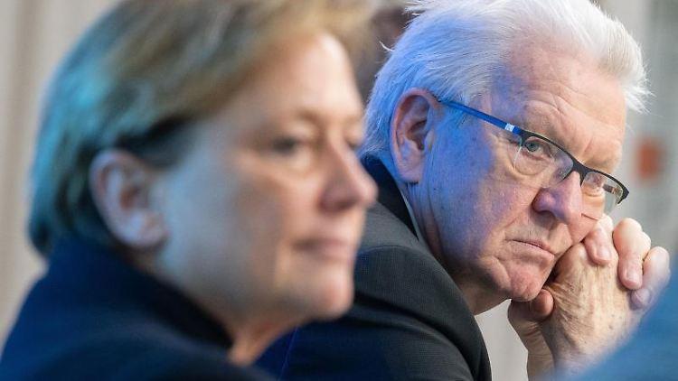 Winfried Kretschmann (Bündnis 90/Die Grünen, r.) und Susanne Eisenmann (CDU) sitzen nebeneinander. Foto: Sebastian Gollnow/dpa/Archivbild