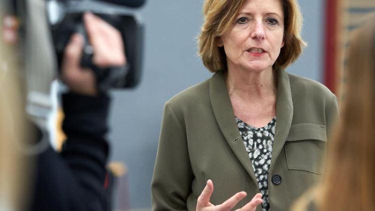 Ministerpräsidentin Malu Dreyer (SPD) gestikuliert. Foto: Thomas Frey/dpa/Archivbild