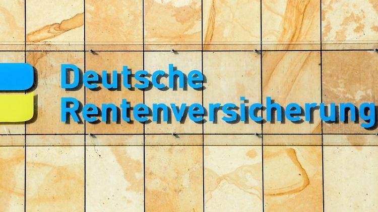 Der Schriftzug Deutsche Rentenversicherung am Gebäude in der Halleschen Straße in Berlin. Foto: Jens Kalaene/dpa-Zentralbild/dpa/Archivbild