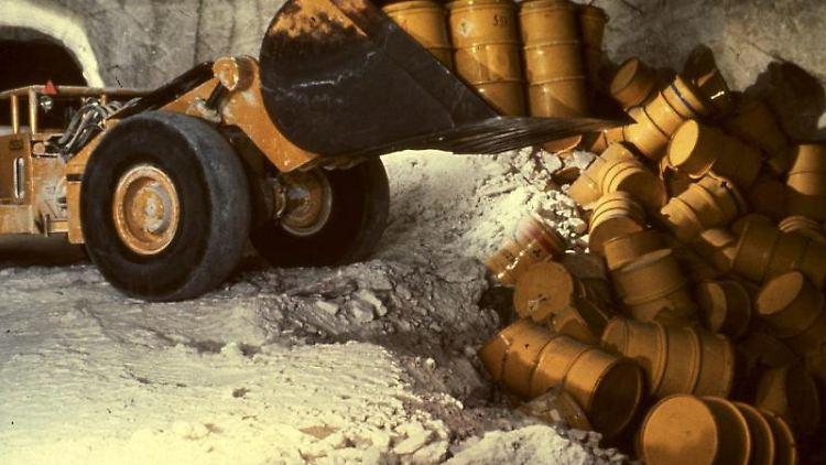 Die undatierte Aufnahme zeigt einen Radlader, der in der Schachtanlage Asse Fässer mit radioaktivem Müll in eine Kammer kippt. Foto: Schachtanlage Asse/dpa/Archivbild