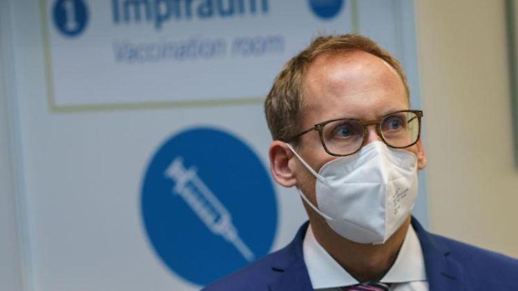 Der hessische Sozialminister Kai Klose (Grüne) steht im Impfzentrum. Foto: Frank Rumpenhorst/dpa-Pool/dpa/Archivbild