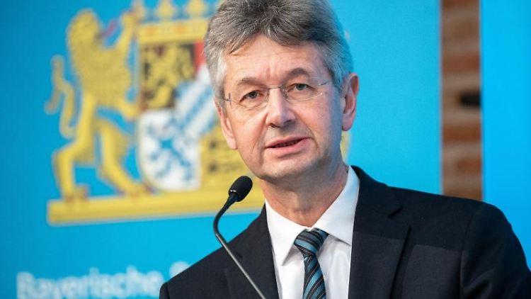 Bayerns Kultusminister Michael Piazolo spricht auf einer Pressekonferenz nach einer Sitzung des Ministerrats. Foto: Matthias Balk/dpa