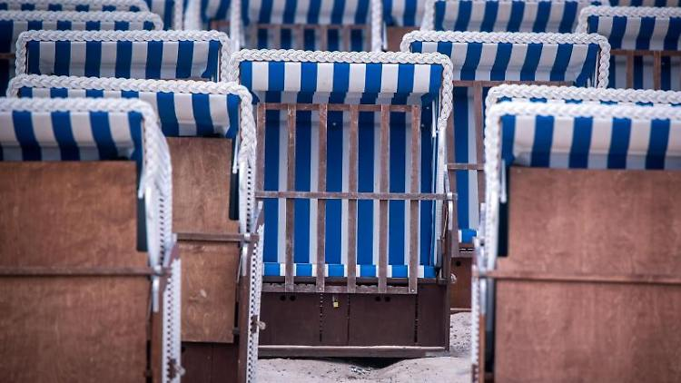 Leere Strandkörbe eines Verleihers stehen am Strand. Foto: Jens Büttner/dpa-Zentralbild/dpa