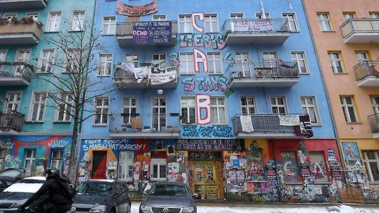 Das teilweise von Linksradikalen besetzte Haus in der Rigaer Straße 94 (M) in Berlin-Friedrichshain. Foto: Wolfgang Kumm/dpa