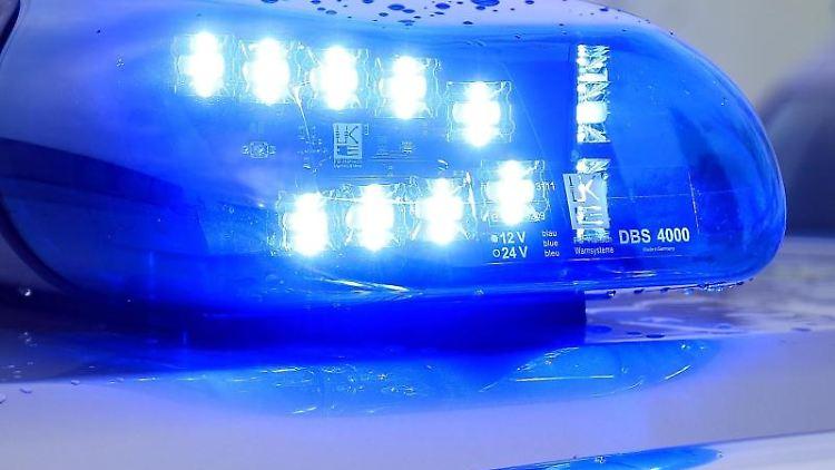 Ein Blaulicht leuchtet auf dem Dach eines Streifenwagens. Foto: Jens Wolf/dpa-Zentralbild/dpa/Symbolbild